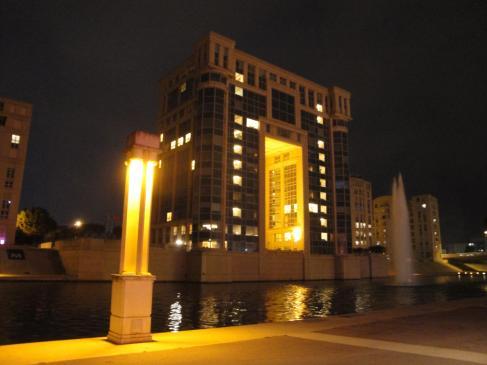 02.10.2009 L'<em>Hôtel de Région</em> en una imatge nocturna, fa guàrdia a la vora del Lez. Una de les parts més modernes de Montpeller            Montpeller -  Jordi Bibià
