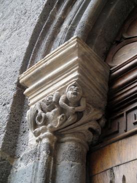 06.10.2009 Un dels capitells romànics a la porta d'accés des de l'Érol.    -  Jordi Bibià
