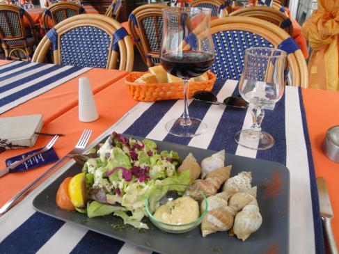 06.10.2009 Els cargols de mar obligats! El menjar és bo, així com l'atenció al client, i el preu està força bé!            En un restaurant flotant de l'Érol -  Jordi Bibià