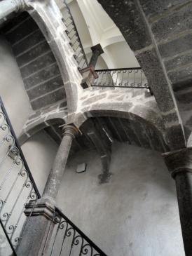 06.10.2009 Les majestuoses escales són freqüents en la vella arquitectura civil d'Agde              -  Jordi Bibià