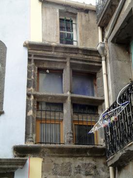 06.10.2009 Tot i els actuals condicionaments en les vivendes, les traces de les antigues arquitectures encara prevaleixen de manera valenta.              -  Jordi Bibià
