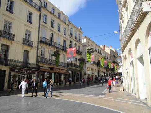 02.10.2009 La ciutat ha sabut combinar la moderna vida comercial amb el seu patrimoni històric. Rue de la Loge, una de les artèries comercials del centre            Montpeller -  Jordi Bibià