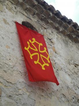 05.10.2009 Les banderes i creus occitanes són presents al llarg i ample de tot el poble         Sant Guillem del Desert -  Jordi Bibià
