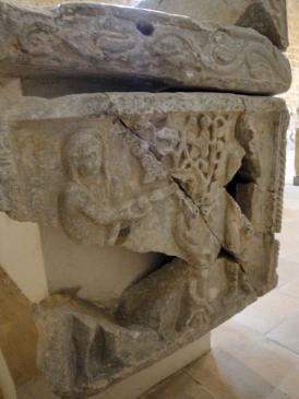 05.10.2009 Part lateral d'un sarcòfag amb la decoració fragmentada pels atacs dels hugonots           Museu de l'abadia -  Jordi Bibià