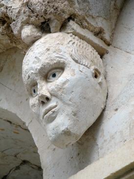 05.10.2009 Escultura localitzada en un dels arcs del  claustre, en la seva vessant mitjancera amb la sala capitular            Clasutre de l'abadia -  Jordi Bibià