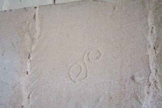 15.07.2009 <strong>Espiral doble</strong> observada en una de les columnes de l'església de Santa Maria d'Agramunt. El temple és ple de marques. Aquesta també sembla ser associada a les aigües, i se li ha atorgat un origen danubià, el qual s'expandí a la resta de cultures del nord i sud d'Europa, i cap a l'Extrem Orient, tot passant per Àsia. Se la relaciona estretament amb el símbol del Yang yin. És un element de transició, evolució, transformació i regeneració superior.             Agramunt. Santa Maria de. A la Noguera -  Jordi Bibià