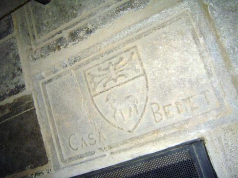 17.05.2009 Llosa sepulcral de la família Benet (d'origen occità). Veiem clarament la creu de Tolosa adaptada a la part superior de l'escut.Es troba ben aprop de l'escala d'accés a la baixada del refugi practicat en els sotaerranis del temple durant la Guerra Civil (a la dreta de la nau).           Santa Maria d'Agramunt -  Jordi Bibià