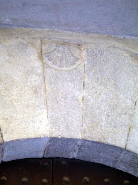 10.08.2007 Una de les nombroses petxines localitzades en les dovelles de les cases (majoritàriament) de Castelló d'Empúries            Castelló d'Empúries (Alt Empordà) -  Jordi Bibià