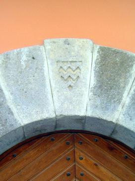 10.08.2007 Escut localitzat en una de les dovelles d'un edifici civil de Castelló d'Empúries            Castelló d'Empúries (Alt Empordà) -  Jordi Bibià