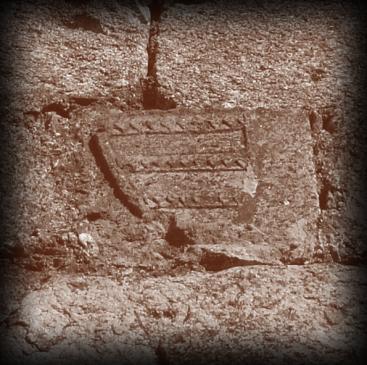 24.09.2007 Escut del comtat d'Empúries encara present en la part superior d'un dels murs del castell de Quermançó.            Castell de Quermançó -  Jordi Bibià