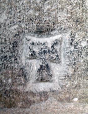 12.07.2008 Creu <strong>Tau</strong> buidada pel seu entorn, de factura molt primària. Localitzada al claustre de Sant Nasari.                                Besiers. Al claustre de l'Església de Sant Nasari. -  Jordi Bibià