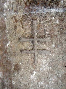 12.07.2008 Creu de dos braços observada al claustre de St. Nasari de Besiers. En aquesta banda dels Pirineus se la coneix amb el nom de la creu de Lorena.  Claustre de St. Nasari. Besiers -  Jordi Bibià