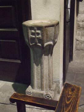 21.11.2008 Una altra creu de dos braços en el frontal d'aquesta modesta pica que podem veure actualment.          Església de Santa Anna. Barcelona -  Jordi Bibià