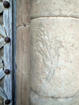 07.05.2009 Grafit de motiu floral en un dels fusts de la porta d'ingrés al temple. Segurament realitzat per algun fidel o pelegrí mentre pernoctaria en el seu portal                      Agramunt. Santa Maria de. A la Noguera -  Jordi Bibià