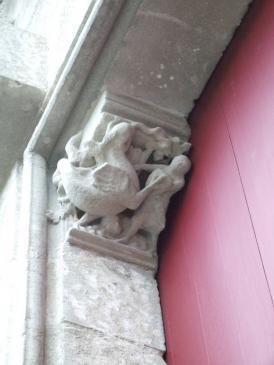 15.06.2008 Una altra escena de lluita de l'home contra la bèstia. Permòdol visible en un dels accessos laterals de l'església de Sant Nasari.            Carcassona -  Jordi Bibià
