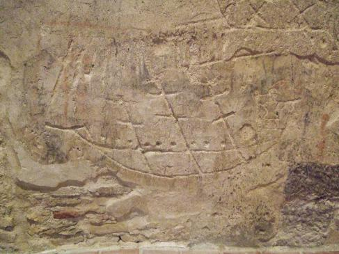 20.08.2010 Vista parcial d'un dels nombrosos grafits que es poden veure actualment a la Cúria. Grafits realitzats per presoners. En aquest cas, tot i que molt esquemàticament, podem apreciar un vaixell de tres pals, amb els que possiblement serien els canons.                                Castelló d'Empúries  -  Jordi Bibià