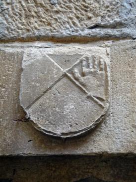 20.08.2010 Possible adaptació de l'escut dels Josa al castell de les Sitges, a sobre de la porta d'accés de la sala noble. Desconeixem que significa la mà            -