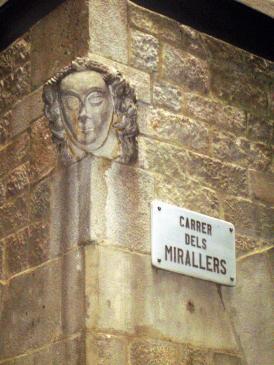 20.08.2010 Rostre de dama, per a indicar que en aquest carrer hi havia una casa de barrets.  C/ Mirallers. Casc antic. Barcelona -  Jordi Bibià
