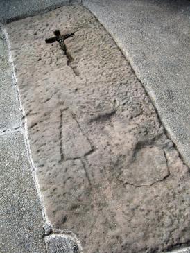 20.08.2010 Llosa sepulcral. Veiem la precarietat de la factura de la creu. Aquesta sepultura podria pertànyer a un forner            Ponts. La Noguera -  Jordi Bibià