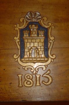 20.08.2010 Escut modern de Castelló d'Empúries localitzat en un dels bancs de l'església            Església de Castelló d'Empúries -  Jordi Bibià