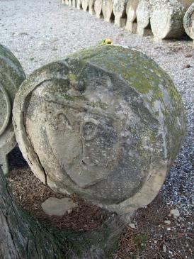 20.08.2007 Estela funerària de Sanaüja. Imatge d'unes tijores —segurament pertany a la sepultura d'un sastre—, en un accelerat estat de degradació.            Cementiri de Sanaüja. Sanaüja -  Jordi Bibià