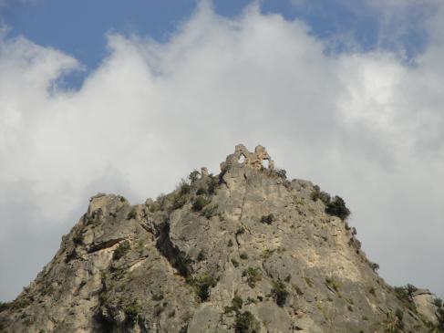 05.10.2009 Llàstima que l'accés al castell era tancat, però promet una espectacular vista de Sant Guillem des de les seves altures            Castell de Verdun o de Géant -  Jordi Bibià