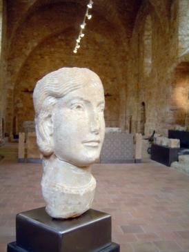 05.10.2009 Retrat femení realitzar en marbre blanc vers el s. XII            Museu Lapidari de l'abadia de Sant Guillem   -  Jordi Bibià