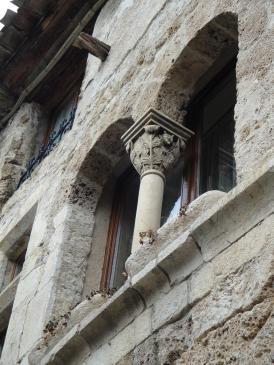 05.10.2009 Les cases dels poble estan bellament adornades amb rics elements escultòrics com el cas d'aquesta finestra geminada amb el seu preciós capitell                -  Jordi Bibià