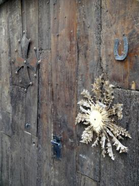 05.10.2009 El card hi és present en la majoria de les portes, i era emprat pels pagesos i pels pelegrins com a element baromètric. També te una alta presència la creu occitana i la ferradura  -  Jordi Bibià