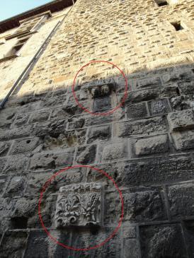 28.07.2009 Elements reutilitzats d'èpoques no menys esplendoroses a la part baixa de la torre del palau. Els seus murs són plens d¡aquests vells testimonis escultòrics.                        -  Jordi Bibià