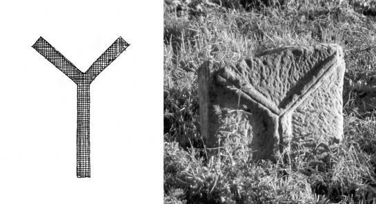 27.08.2010 Creu <strong>bífida</strong> o també anomenada <strong>creu dels lladres</strong>. Una altra manera de crucifixió. A la foto la podem veure en una estela quadrada localitzada al cementiri de Massoteres (a la Segarra).                                    -  Jordi Bibià