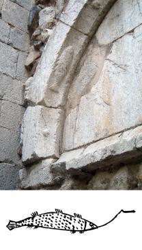 12.07.2008 Podem observar en un dels arcs del timpà de l'església de Sant Martí, diferents elements, i entre aquests, principalment la representació d'un peix. Al peu de la foto, un dibuix reproduït del <em>Ritual càtar de Lió.    </em>                Peralada         -  Jordi Bibià
