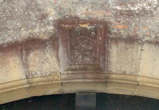 19.06.2008 <strong>Pentagrama o estrella</strong> lleugerament inclinada, en una dovella clau localitzada en l'entrada d'una vella vivenda de Fanjaus. Al centre històric.            Fanjaus (Occitània) -  Jordi Bibià