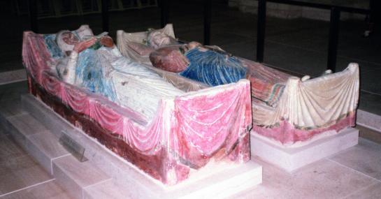 18.10.2002 Tomba d'Elionor d'Aquitània (1071-1127), amb les d'Enric II i el seu fill predilecte, Ricard Cor de Lleó. Com el seu avi, promocionà, aixoplugà i protegí a la seva cort aquitana de Poitiers a nombrosos trobadors, però també recorregué al talent d'un gènere incipient aleshores, el roman, o sigui la novel·la. Fou una dona indòmita i de gran caràcter, que semblà heretar clarament de l'avi. Reina de dos països i muller dels seus dos reis (Lluís VII de França i d'Enric II de Plantagenet) que es van fer la guitza i la guerra respectivament. Morí als 82 anys d'edat.                     Abadia de Fontevraud    -  Jordi Bibià