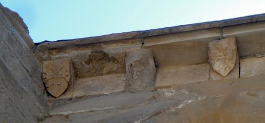 29.08.2010 Al mateix indret, la podem veure diferents vegades, a la cornisa de l'àbside, alternada amb la creu trinitària i amb d'altres motius antropomòrfics o simplement decoratius.            Avinganya (Segrià) -  Jordi Bibià
