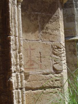 20.08.2009 Una de les nombroses creus i grafits que es poden observar al claustre.            Claustre de Sant Nasari -  Jordi Bibià
