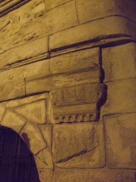 26.03.2008 A extramurs encara es pot veure algun dels pocs edificis antics, com aquest del carrer dels Cavallers. Veiem en ell un element reutilitzat en la seva façana.            Carrer dels Cavallers  -  Jordi Bibià