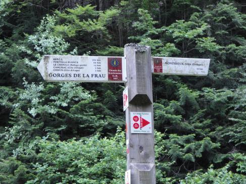 27.06.2009 Senyalització el Cami dels Bonshomes.            Montsegur -  Jordi Bibià