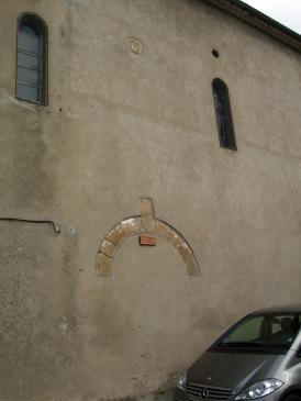 13.06.2008 Primitiva entrada, ara inutilitzada, de l'<strong>església de Montsegur</strong>. Podem observar encara una part de l'arc de la porta, i més a munt, l'escut de <strong>Levis-Miralpeix</strong>, amic de Simó de Montfort, a qui se li cedí la plaça.                                Església -  Jordi Bibià