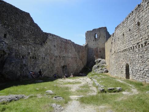 26.03.2008 Pati d'armes i al fons, la torre del castell.            Montsegur -  Jordi Bibià