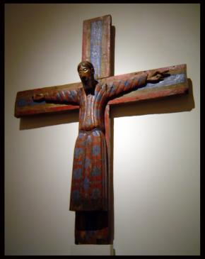 15.10.2008 Crist conegut com <strong>Majestat Batlló</strong>. Una escultura datable al s. XII, ricament policromada on es representa a Jesús amb túnica llarga i crucificat, amb els ulls oberts, seré i sense rastres de patiment.            MNAC      -  Jordi Bibià