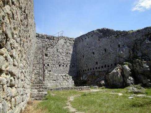 24.06.2009 Interior del castell. A l'esquerra escales d'accés al mur de l'est.             Montsegur -  Jordi Bibià