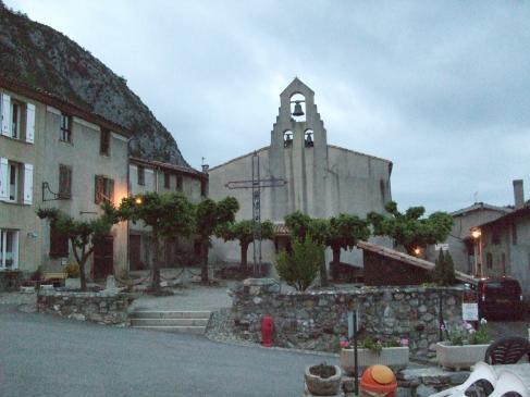 28.03.2008 Església de Montsegur, i a l'esquerra, l'ajuntament.  Montsegur -  Jordi Bibià