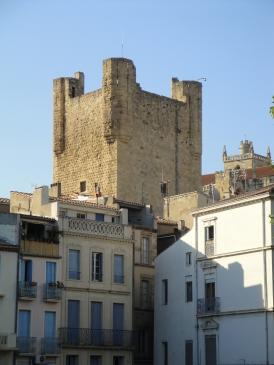 28.08.2009 La imponent <strong>torre de Gil Aicelin</strong>, de 40 m d'alçada, que arrenca sobre panys de muralles romanes.           Narbona -  Jordi Bibià