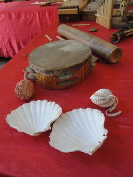 12.09.2010 Detall dels nombrosos instruments musicals que hi havien exposats a la Casa de la Plaça dels Homes.            Castelló d'Empúries -  Jordi Bibià