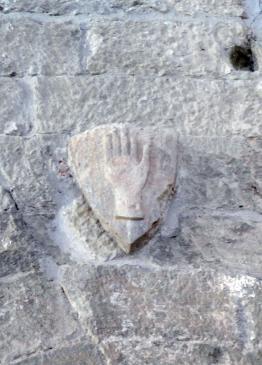 22.09.2010 Mà dreta localitzada en un escut heràldic a l'interior del castell   Fraga -  Jordi Bibià