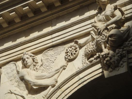 06.09.2011 Una altra representació de la creu d'OC combinada amb l'imaginari dels personatges celestials i divins. Localitzada al pati interior del Capitoli.  Tolosa del Llenguadoc -  Jordi Bibià