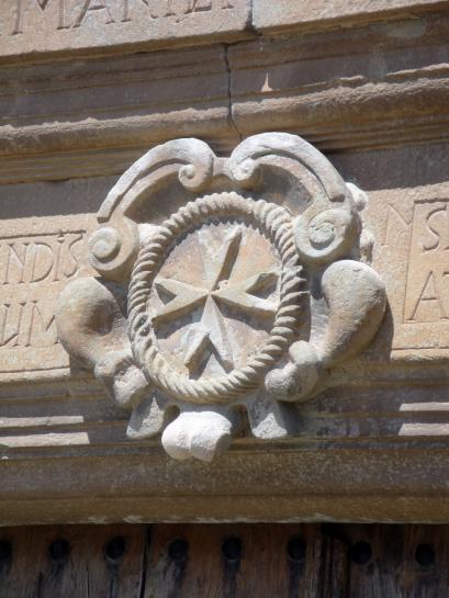17.12.2011 Creu de Malta a Pinós. Localitzable a la porta d'accés de l'antiga casa d'aquesta orde.  Santuari de Pinós (Solsonès) -  Jordi Bibià