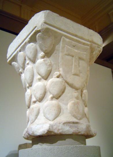 15.05.2009 Capitell provinent de la catedral de Tarragona, amb la creu tau /