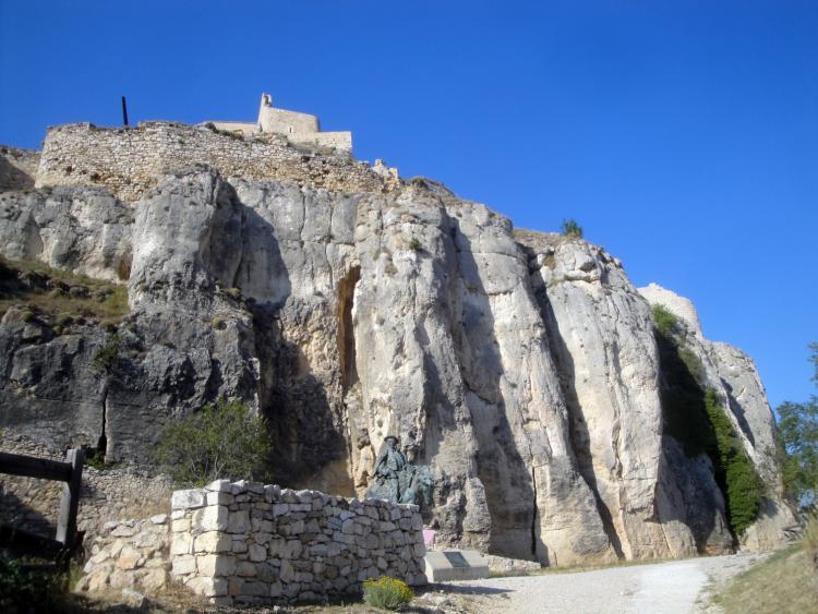 19.06.2012 Una de les muralles naturals del castell en el recorregut del seu accés  Castell de Morella -  Jordi Bibià